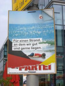 Wahlplakat der Partei: Für einen Strand, an dem wir hut und gerne liegen - Aylan Kurdi